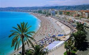 Na pláži v Nice se vám bude líbit /